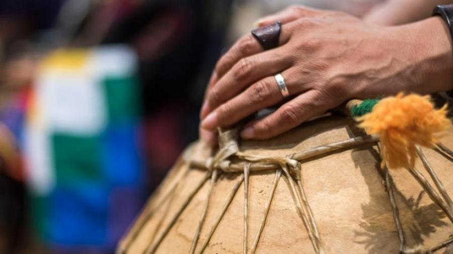 Manos de mujer sobre instrumento de percusión. Herramienta cultural.